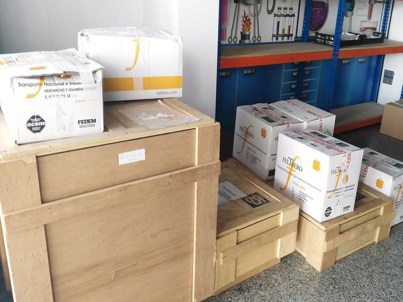 embalajes de la empresa de transporte especalizada (cartón)y embalajes de la propia entidad (Madera)